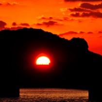 夕日の名所として知られる龍郷町円のかがんばなトンネル=2015年10月
