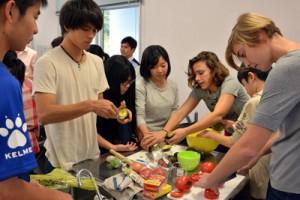 生徒たちはALTの英語の指示を聞きながら協力してタコスを作った=6日、宇検村の元気の出る館