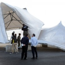 強風で鉄骨が折れ曲がったテント=18日、奄美市の名瀬観光船バース