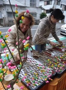 店先に並べられた色鮮やかなナリムチ=12日、奄美市名瀬井根町
