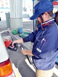 ガソリン値下げが続いている給油所=16日、奄美市名瀬