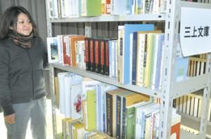 三上絢子さんが寄贈した書籍を収めた三上文庫=伊仙町歴史民俗資料館