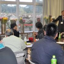 実際に商品を見せながらの講話もあった意見交換会=28日、和泊町のやすらぎ館