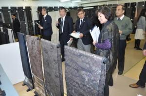 118点の出品があった「紬産地まつり」審査=22日、奄美市名瀬の紬会館