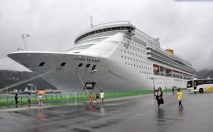 過去最多となる8回の寄港を予定しているコスタ・ビクトリア=2015年5月、名瀬港