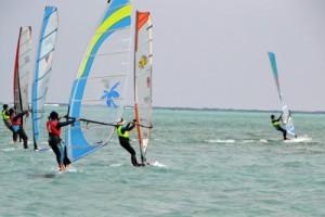 22人が熱戦を繰り広げたウインドサーフィン大会=9日、与論島・大金久海岸