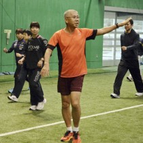 受講生を指導する尾尻さん(中央)=30日、名瀬運動公園サンドーム