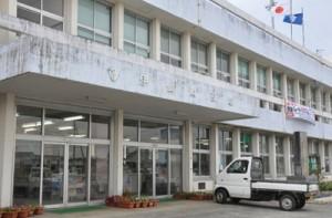 野球賭博の疑いで職員が逮捕された伊仙町役場の庁舎=8日