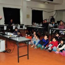 子ども、親、高齢者の3世代で交通ルールを学んだ交通安全教室=20日、奄美市の住用公民館