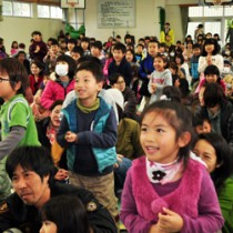 幼児173人がリズム遊びなどを楽しんだ新一年生のつどい=21日、朝日小学校体育館