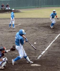 五回、逆転の2点適時打を放つ大和高田ク4番の廣井=23日、名瀬運動公園市民球場
