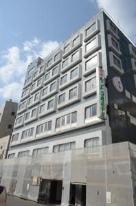 改装工事が進むホテル施設=9日、奄美市