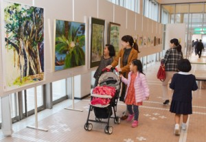 入賞・入選作品計757点がずらりと並ぶ奄美市美展=6日、奄美文化センター