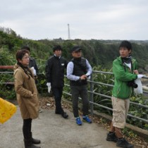 集落の観光拠点を巡って魅力を探った勉強会=24日、伊仙町
