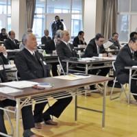3議題の提出を採択した沖永良部・与論地区議会議員大会=3日、和泊町防災拠点施設やすらぎ館