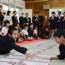 児童たちが元気いっぱいに札を取り合った島口ことわざかるた大会=18日、奄美市住用町の東城小中学校