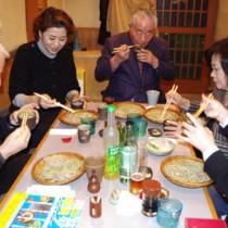 「うまい」と奄美産そばを味わう参加者たち=23日、東京都文京区のそば店