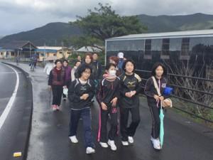 雨がやんで、おしゃべりを楽しみながら歩く姿も見られた=7日、宇検村