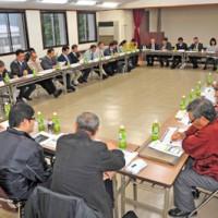 自然遺産登録へ向け、保全や活用などの計画素案が示された合同会議=5日、奄美市名瀬