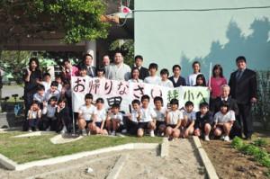 角界入り後初めて母校を訪問した大相撲の里山関と児童ら=10日、奄美市笠利町の緑が丘小学校