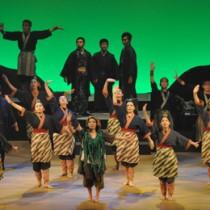 中高生らの熱演が感動の輪を広げた島口ミュージカルの卒業公演=28日、徳之島町
