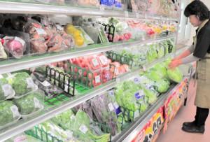 葉物を中心に、移入、地場産とも高値傾向が続く野菜=9日、奄美市名瀬の小売店