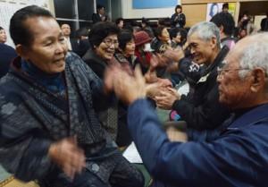 男女が向き合って唄掛けと手踊りを楽しんだ旧正月恒例の「節田マンカイ」=8日、奄美市笠利町節田