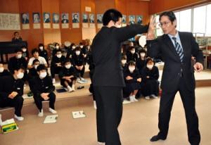 武術デモを交えながら講話した三浦一広さん=4日、龍郷町の赤徳小中学校