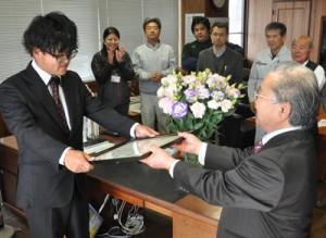 県フラワーコンテストで特別賞を受賞した須川俊和さん(左)=19日、天城町