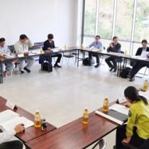 今後の計画などを協議したマングース防除事業検討会=11日、奄美市名瀬の奄美文化センター