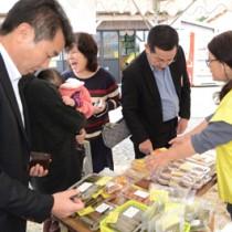 加工品なども人気を集めたたぁまん祭り=14日、奄美市笠利町屋仁