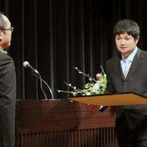 最優秀賞に選ばれ、表彰を受ける叶太輔さん(右)=16日、鹿屋市のリナシティかのや