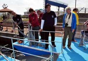 専用のダイビングボートを視察するHSAのジム・ギャタクレー会長(右)=29日、瀬戸内町古仁屋