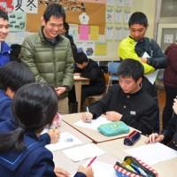 和気あいあいとした雰囲気で中学生と交流した鹿国際大の学生たち=5日、大和中学校