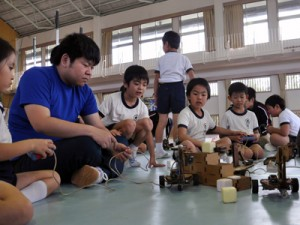 ロボット操作に夢中になる児童ら=3日、和泊町の大城小体育館
