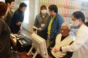 脳年齢測定コーナーなどが設けられ、村民が健康づくりや介護予防について学んだ「いきいき健康フェスタ」=12日、宇検村生涯学習センター「元気の出る館」