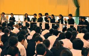 国公立大学合格者が後輩に向けアドバイスした「合格体験を語る会」=23日、大島高校