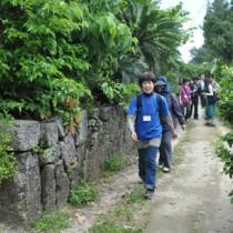 集落を散策して魅力を探った参加者ら=26日、伊仙町