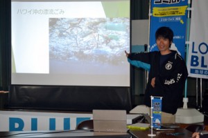 2年間の活動や漂着ごみ問題などについて解説する池田さん=24日、与論町中央公民館