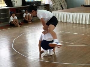 馬跳びを披露する児童=22日、天城町の西阿木名小学校三京分校