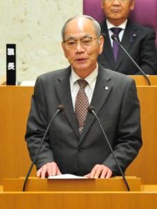 2期目へ向け立候補を表明した川島健勇喜界町長=14日、喜界町役場議場