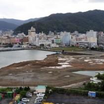 業務施設用地の需要調査が行われる本港区埋め立て地=25日、奄美市名瀬