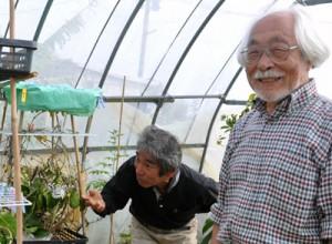 オオゴマダラの飼育、増殖に取り組む(左から)竹代表と清野さん=4日、与論町