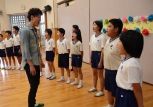 講師に学んだことを意識しながら合唱する児童ら=9日、奄美市