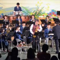 ゲストとの共演など多彩な演出で盛り上がった与論中・高吹奏楽部定演=13日、与論町砂美地来館