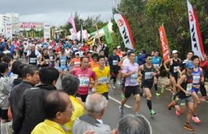 スタートで一斉に走り出すフルマラソン走者=6日、与論町茶花
