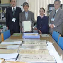 古文書を寄託した盛岡さん夫妻(中央)=17日、奄美市立奄美博物館