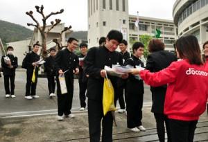 最後の面接を終え、晴れやかな表情で会場を後にする受験生=9日、奄美市名瀬の県立大島高校