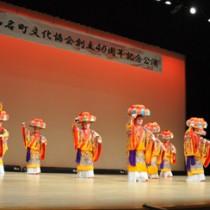 オープニングを飾った琉球舞踊「四つ竹」=11日、知名町のあしびの郷・ちな