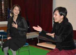アフタートークで盛り上がる(写真左から)山田さんと西平さん=12日、奄美市名瀬